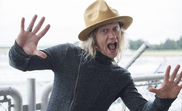 Tukka on yhä vaalea, mutta nykyisin Jukka Hildénillä nähdään useammin hattu kuin lasit.