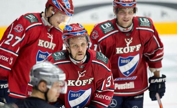 Arttu Luttinen (kuvassa keskellä) on pitkän linjan IFK-lainen.