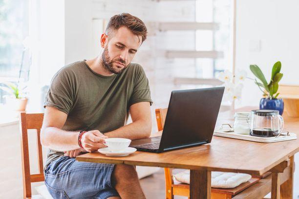 Raportin mukaan naiset tauottivat istumistaan keskimäärin useammin päivän aikana kuin miehet. Miehet istuvat työajallaan hieman enemmän kuin naiset.