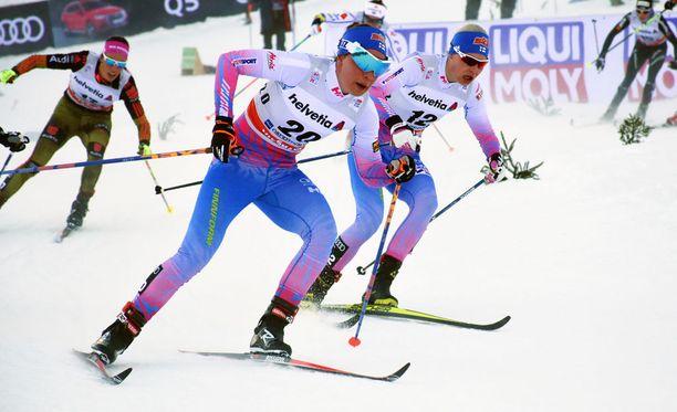 Kerttu Niskanen (edessä) luonnehti Oberstdorfin kilpailureittiä ralliradaksi. Niskasen vierellä Anne Kyllönen.