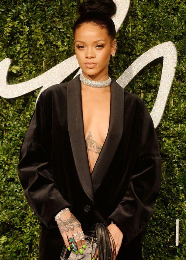 Rihanna korostaa poveaan vain tatuoinnilla.