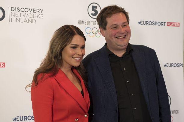 Televisoon paluun tekevässä Onnenpyörä-visailussa Sara Sieppi kääntelee kirjaimia ja Jethro Rostedt toimii juontajana.