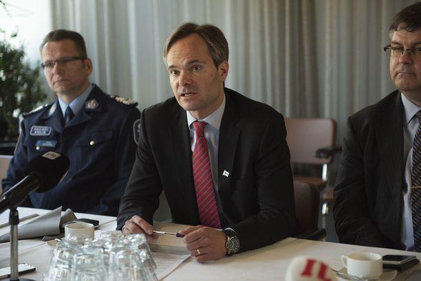 """""""Kuten sanottu, huumeisiin liittyvä häiriökäyttäytyminen on lisääntynyt. Mitä tulee nuoriin ja heidän tulevaisuuden kohtaloonsa, on keskeistä että asiaan puututaan"""", ministeri Kai Mykkänen sanoi tiedotustilaisuudessa."""