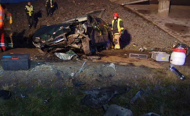 Jämsän onnettomuudessa auto putosi useita metrejä alas sillalta.