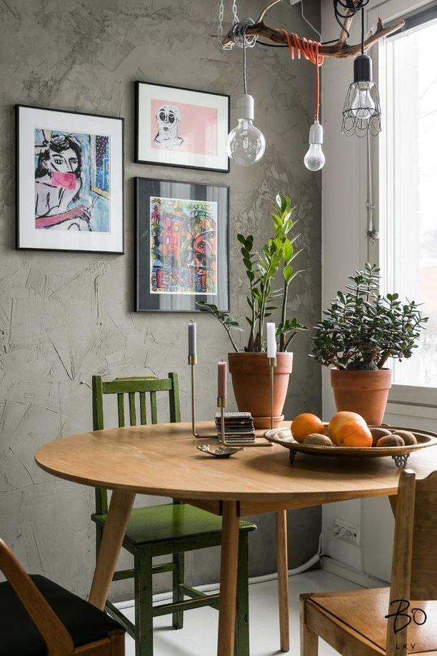 Tämän kodin upea kokonaisuus syntyy paitsi trendikkäistä vihreän sävyistä myös uusien ja vanhojen huonekalujen yhdistelmästä ja rouheasta betoniseinästä.