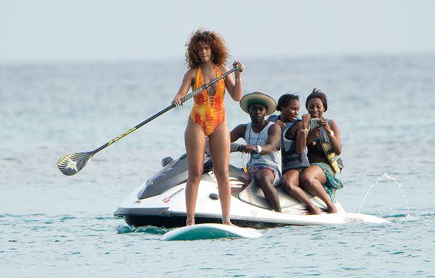 Ilman seuraa Rihanna ei kuitenkaan suppailemassa jäänyt.