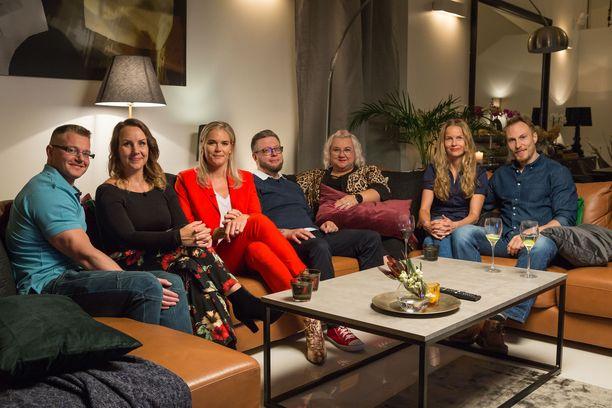 Tämän porukan seksielämään tutustutaan ensimmäisessä jaksossa. Punaisessa housupuvussa ohjelman asiantuntija, erityistason seksuaaliterapeutti Marja Kihlström.