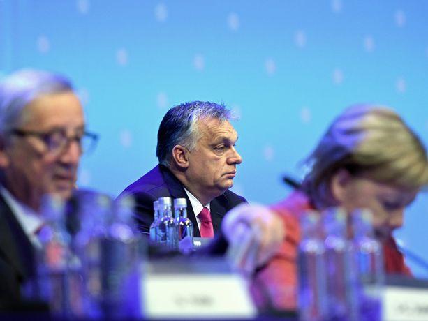 Unkarin pääministeri Viktor Orbán kuunteli pääasiassa omissa oloissaan ja ajatuksissaan muiden EPP-johtajien puheita Helsingin Messukeskuksessa torstaina. Esiintymiskorokkeen eturivissä istuivat muun muassa komission väistyvä puheenjohtaja Jean-Claude Juncker ja juuri vetäytymispäätöksestään ilmoittanut Saksan liittokansleri Angela Merkel.