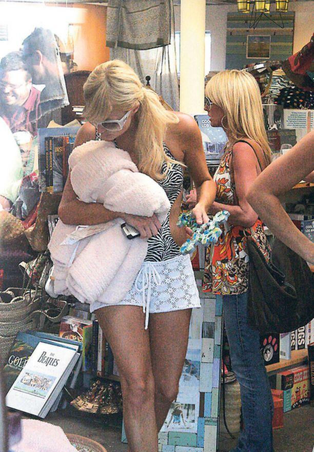 TERVEELLINEN HARRASTUS Ilmankos seurapiiriprinsessa Paris Hilton on niin laiha!