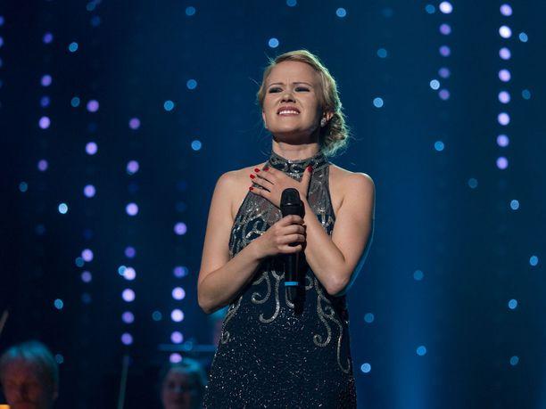 Tangokuningatar Saasa Sassali viihdytti yleisöä myöhään yöhön.