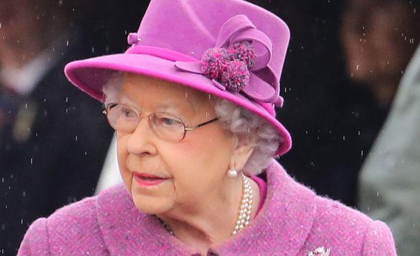 Kuningatar Elisabetin tavaramerkkeihin kuuluu käsilaukun lisäksi myös tyylikäs hattu.