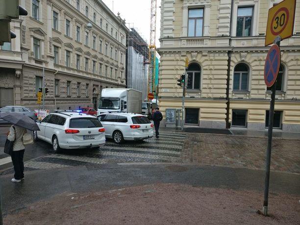 Poliisit valvovat salaperäisen amerikkalaiskuljetuksen tyhjennystä Yrjönkadun ja Lönnrotinkadun risteyksessä.