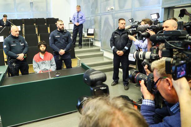 Tiedotusvälineet kuvasivat terrorismirikoksista syytettyä Abderrahman Bouananea läheltä Turun vankilan auditoriossa ensimmäisenä istuntopäivänä.