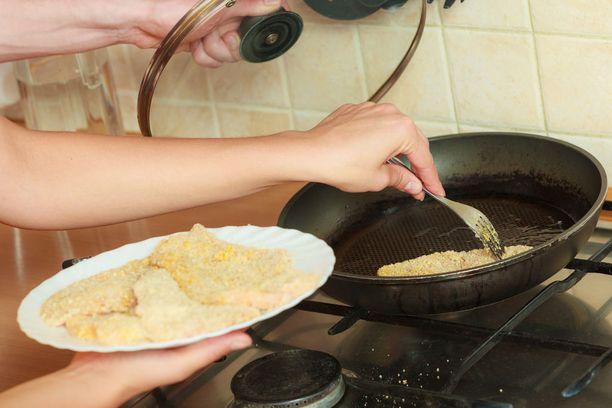 Paistinpannulla olevan ruoan lisäksi myös pannun pinnoitteen yhdisteet voivat lihottaa, uskovat tutkijat.
