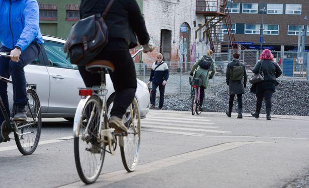 Muualla Euroopassa jalankulkijat ja pyöräilijät liikkuvat eri väylillä, jolloin ongelmia syntyy paljon vähemmän.