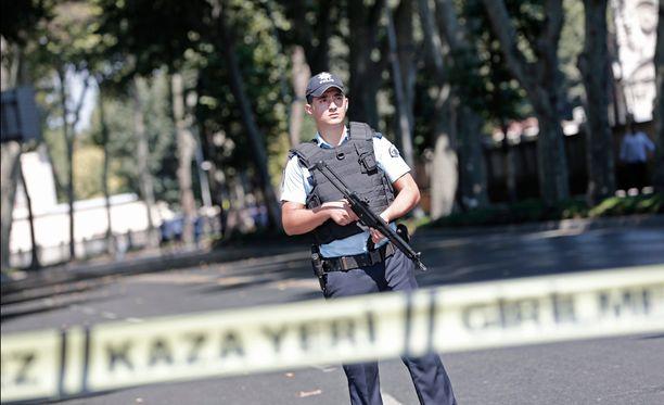 Poliisi suojaamassa aluetta Dolmabahcen palatsin edustalla Istanbulissa.