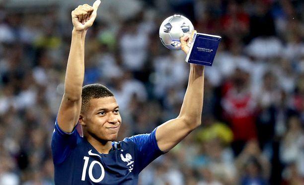 Kylian Mbappe sai MM-kisoissa parhaan nuoren pelaajan palkinnon.