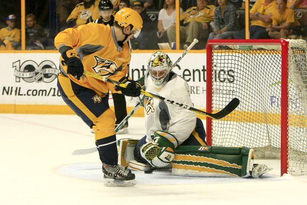 Kesän NHL-leirillä Eeli Tolvanen pelasi veljeään, maalivahti Atte Tolvasta vastaan.