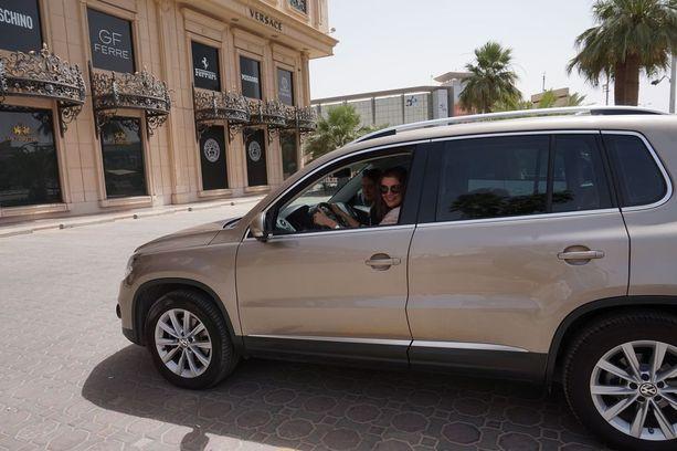 Naiset saavat ajaa vuoden ajan autoa Saudi-Arabiassa kansainvälisellä ajokortilla. Auton ratissa Vilma Peltonen.