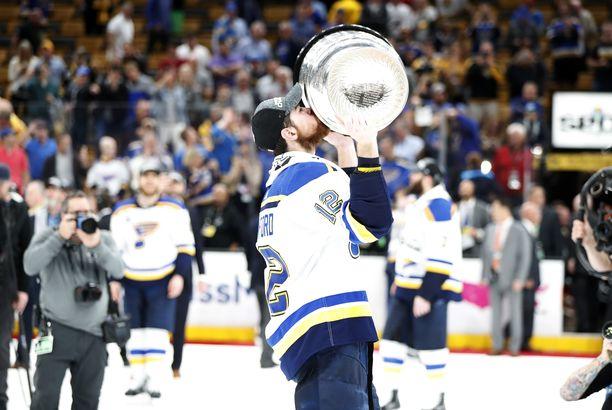St. Louis Bluesin laituri Zach Sanford suuteli Stanley Cup -pokaalia mestaruusjuhlissa.