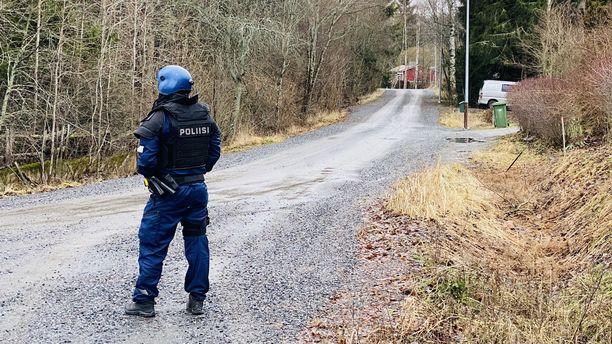 Poliisi on sulkenut Pistotien. Kuva on Pistotien ja Seitatien risteyksestä.