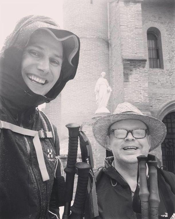 Kansanedustajat Antero Vartia (vihr) ja Juhana Vartiainen (kok) päivittivät maanantaina Vartian Facebook-sivulle sateisen yhteisselfien Pibracin kaupungista Etelä-Ranskasta.