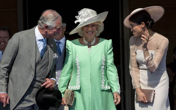 Herttuatar Meghan edusti rannekoru kädessään myös prinssi Charlesin syntymäpäivillä Lontoossa. Vasemmalla prinssi Charles vierellään herttuatar Camilla. Oikealla herttuatar Meghan. Klikkaamalla kuvaa näet sen isompana.