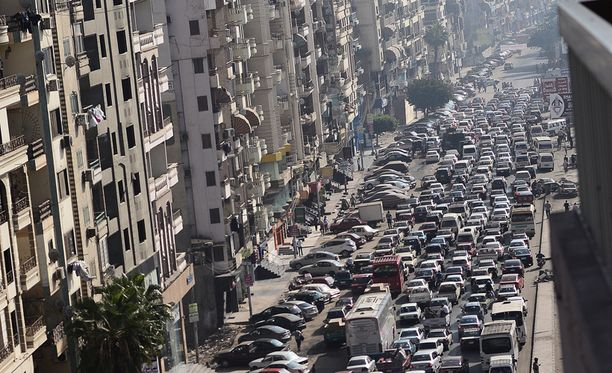 Egyptin kaoottisessa liikenteessä kuolee vuosittain satoja ihmisiä. Arkistokuva Mansouran kaupungista.