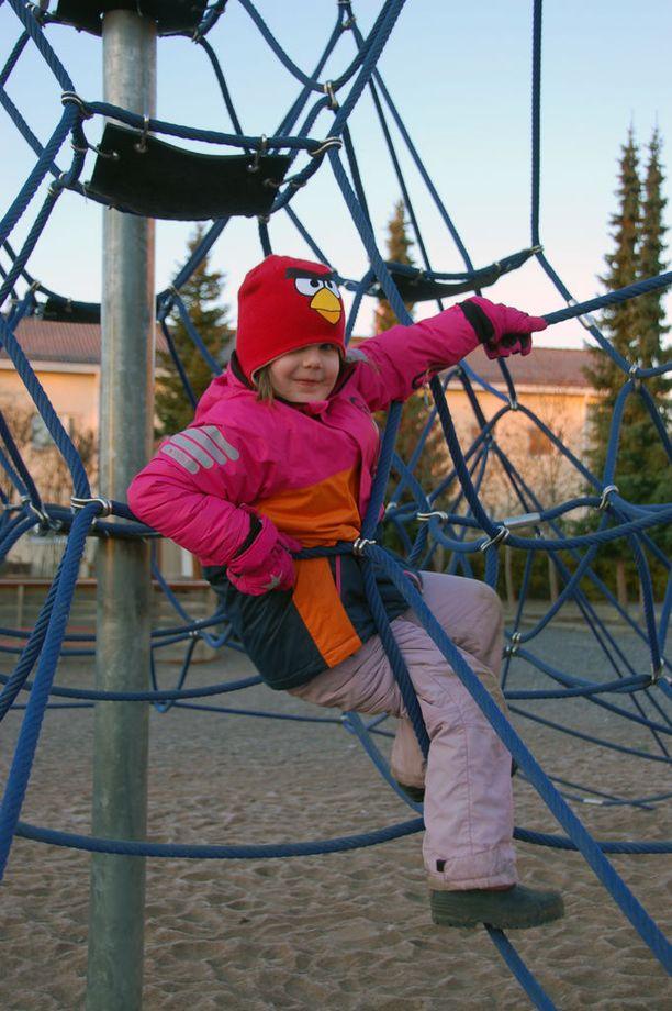 Ella Määttänen ei toistaiseksi ole pistänyt pahakseen koulun siirtymistä ulkotiloihin.
