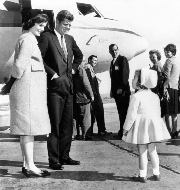 Aina ajattoman klassisesti ja tyylikkäästi pukeutuneen Jacqueline Kennedyn raskaustyyli vuodelta 1960 toimisi edelleen loistavasti. Huomaa seitsemännellä kuulla raskaana olleen Jackien käytännöllinen matalakorkoinen kenkävalinta sekä fiinit hanskat vajaamittaisten hihojen kanssa puettuna.
