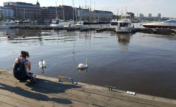 Emmy Nyströmin (kuvassa) ja Laura Lindvallin illanvietto sai dramaattisen käänteen, kun he joutuivat pelastamaan veden varaan joutuneen uimataidottoman pojan. Kuva on otettu vain hetki ennen tapahtumia, ja kuvassa näkyy myös veteen pudonneen pojan varjo.