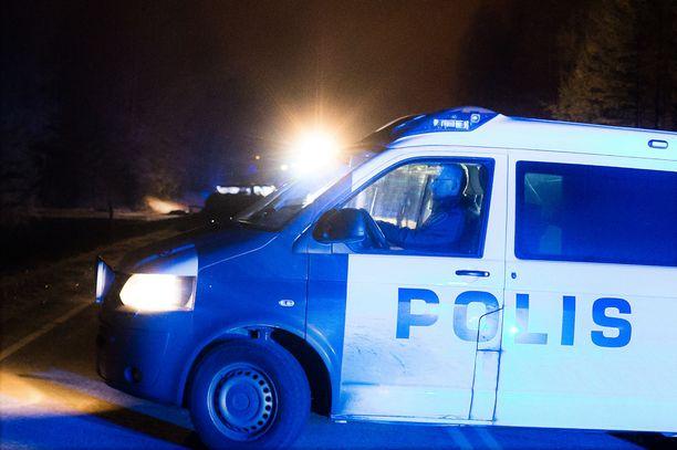 Poliisipartio pysäytti mopotytön kaasusumuttimen avulla. Kuvituskuva, kuvan henkilö ei liity tapaukseen.