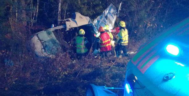 Ajoradalta törmäyksen seurauksena syöksynyt ajoneuvo valtatiellä 10.