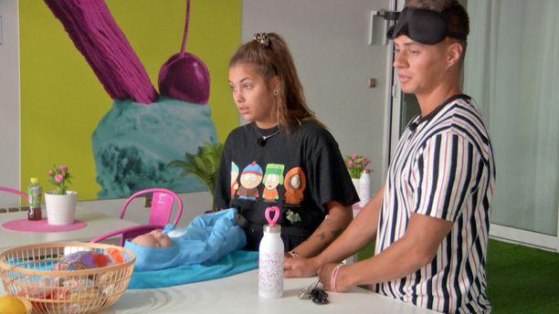Nikita ja Tommy treenasivat ohjelmassa myös vauvanhoitoa nukella.