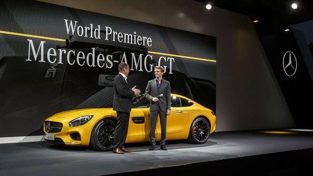 Kukapa muu kuin Mercedes-kuski Nico Rosberg oli uuden GT:n mannekiinina ensiesittelyssä Affalterbachissa Saksassa. Vieressä Tobias Moers, Mercedes-AMG:n pääjohtaja.