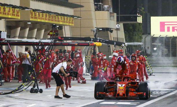 Kimi Räikkösen kilpailu Bahrainissa päättyi dramaattisesti ennen aikojaan.