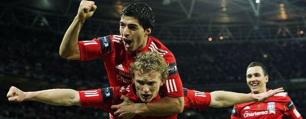 Liverpoolin Dirk Kuyt ja Luis Suarez juhlivat maalia.