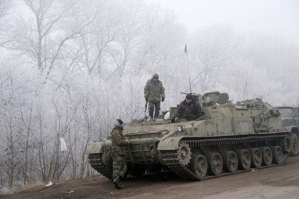 Ukrainan armeijan sotilaita Debaltsevan lähellä sunnuntaina.