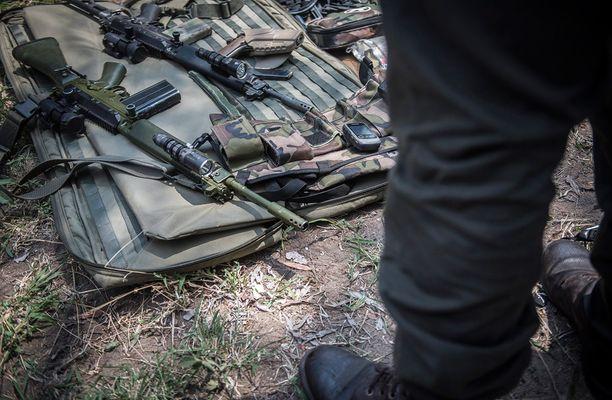 Salametsästyksen vastainen taistelu on hengenvaarallista työtä. Kuvassa metsänvartijoiden aseita Etelä-Afrikassa.