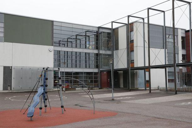 Noin 950 oppilaan Viikin normaalikoulusta oli maanantaina poissa sata oppilasta koronaviruskaranteenin takia. Lisäksi oppilaita jäi kotiin vanhempien huolestuttua tilanteesta.