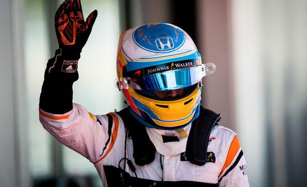 Fernando Alonso nosti hanskan ilmaan onnistumisen johdosta.
