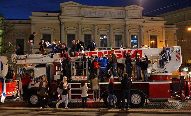 Juhlijat valtasivat nosturit Kolmen sepän aukiolla.