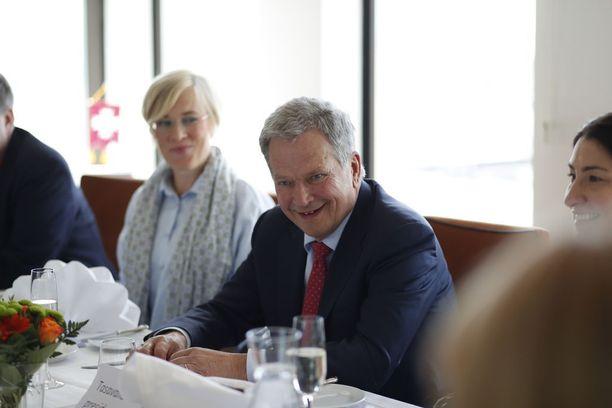 Tasavallan presidentti Sauli Niinistö kertoi kotielämän sujuvan rauhalliseen ja vakaaseen tahtiin. Niinistön vieressä Politiikan toimittajat ry:n puheenjohtaja Maria Stenroos.