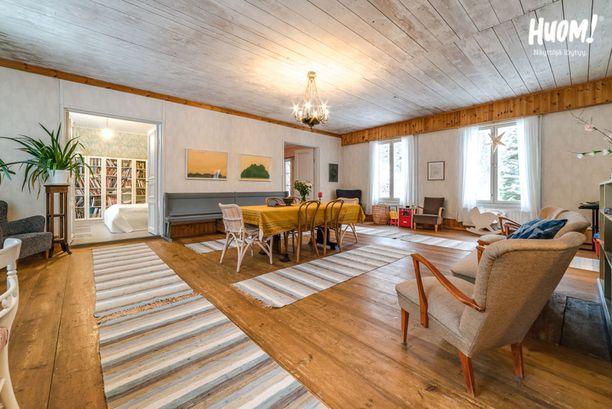 Tässä talossa ihanat pariovet johdattavat huoneesta toiseen. Valtavassa salissa aistii talon yli 200-vuotisen historian. Huomaa vanha puusohva!
