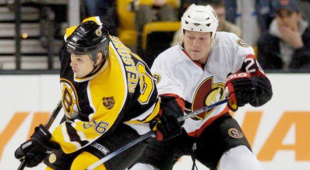 Ottawan Chris Neilin (oik.) törmäily aiheutti joukkotappelun Buffalossa. Kuva viime maaliskuulta ja Neilin kaveerina Bostonin Marty Reasoner.