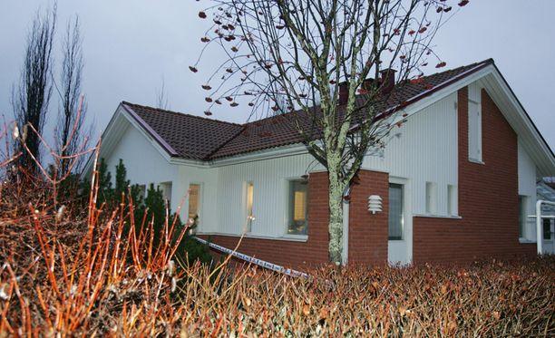 Ulvilan surmatalon naapurissa asunut mies ihmetteli valoja talon ikkunassa myöhään yöllä.