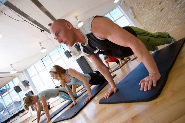 Alle kolmekymppiset suosivat ammattilaisten opastuksessa tapahtuvaa liikuntaa. Vanhempi polvi luottaa perinteisempiin muotoihin.