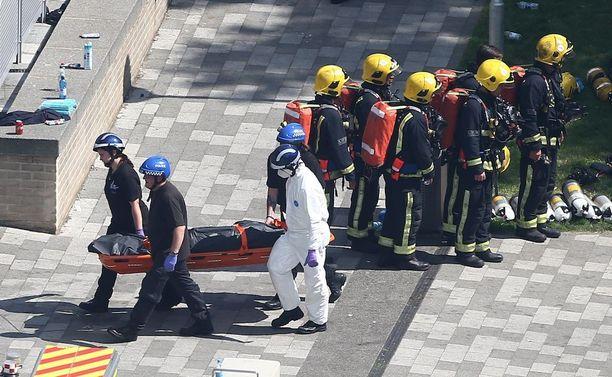 Onnettomuuspaikalle tuotiin keskiviikkona paareja.