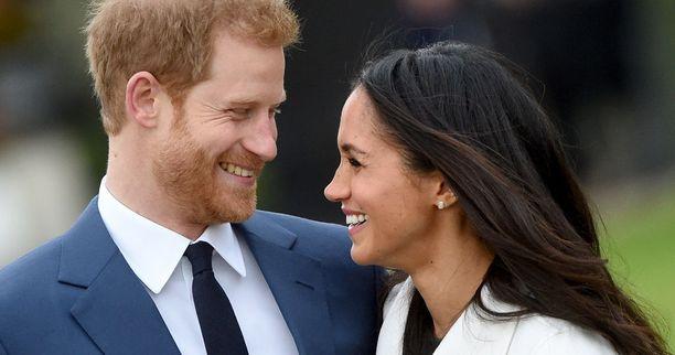 Rakastavaiset saavat toisensa 19. toukokuuta. Meghan Markle on ensimmäinen brittien kuningashuoneeseen naitu amerikkalainen ja ensimmäinen puoliksi tummaihoinen.