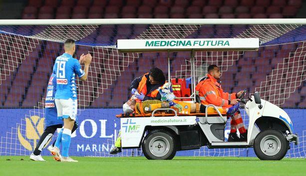 David Ospina jouduttiin kiidättämään sairaalaan Napoli-Udinese-ottelusta.